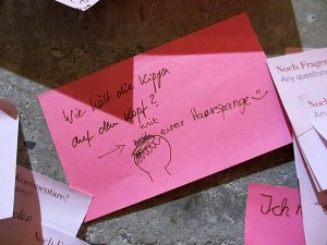 "Post-it note in pink: ""Wie hält die Kippa auf dem Kopf? - mit einer Haarspange"" (How does a kippah stay on? - with a hair clip))"