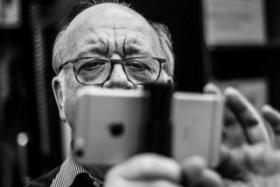 Black-and-white photography of Rudij Bergmann with his iPhone