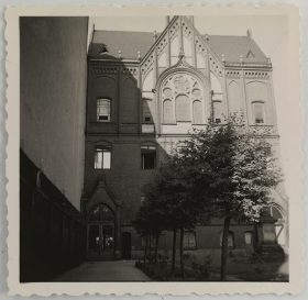 The photo shows the orphanage seen from Schönhauser Allee. In the upper part is a pointed gable with windows (black and white photo)