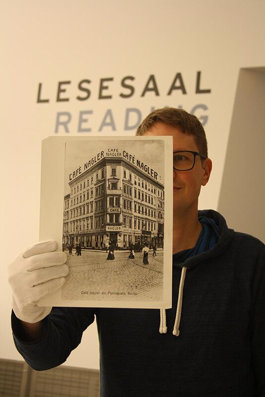 Jörg Waßmer presenting a phototograph of the former Café Nagler