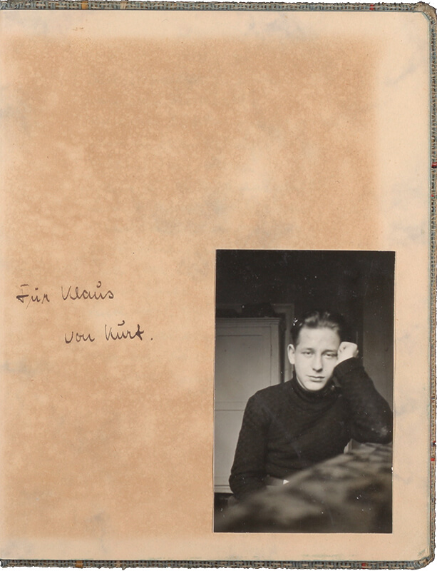 "Photo of a young man glued into a book, looking directly into the camera, next to it the handwritten dedication ""For Klaus von Kurt""."