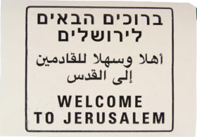 "Tactile model by Jonas Hauer: a sign with the inscription ""Welcome to Jerusalem"" in the languages Hebrew, Arabic and English"