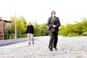 Mutter und Sohn auf der Straße
