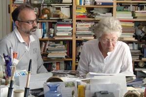 Mann und Frau vor einem Bücherregal