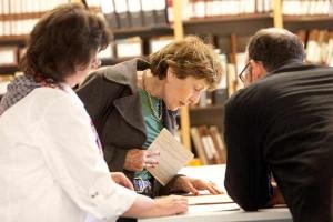 Drei Menschen studieren ein Dokument