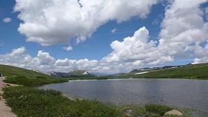 Landschaft mit See und Wolken