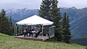 Musikzelt in den Bergen