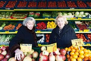 Zwei ältere Frauen im Gemüseladen