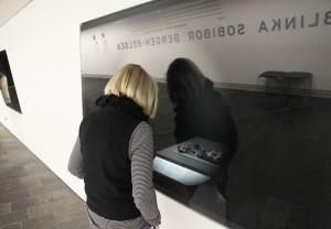 Besucherin vor der Vitrine mit Leo Scheuers Gegenständen