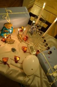 Menora-Leuchter auf dekoriertem Tisch