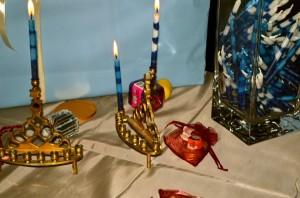 Zwei Leuchter mit Chanukka-Kerzen