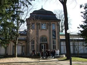 Tagungsteilnehmer vor dem Eingang des Liebieghauses in Frankfurt am Main
