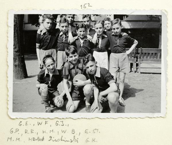 Schwarz-weiß-Fotografie: Mannschaftsaufstellung einer Jungen-Fußballmannschaft