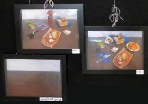 Fotos von Tischplatten, zwei davon voller Objekte, eine davon leer