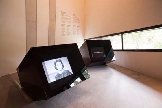 Schwarze Monitorkuben mit einem Frauengesicht in schwarz-weiß auf dem Bildschirm