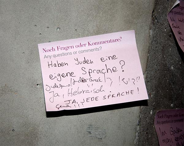 Post-it-Zettel mit der Frage des Monats an der Wand in der Sonderausstellung »Die ganze Wahrheit«