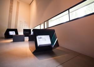 Drei schwarte Monitorkuben im Ausstellungsraum