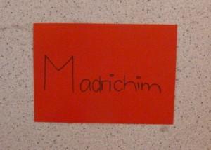 Handgeschriebenes Schild auf rotem Papier