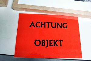 Rotes Schild »Achtung Objekt«