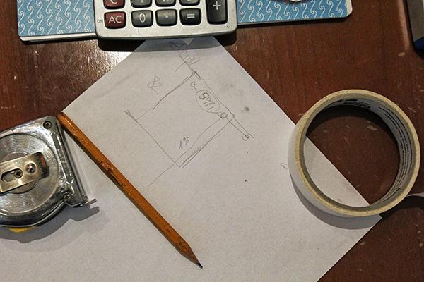 Handschriftliche Rechnung auf Papier, Bleistift und ein Taschenrechner