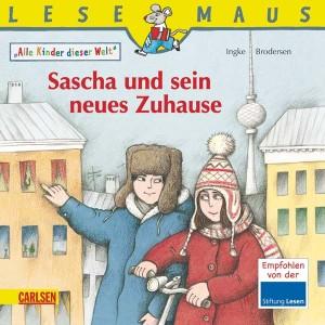 Zwei Kinder vor Wohnhäusern, der Junge zeigt dem Mädchen eins der Häuser, Im Hintergrund der Fernsehturm