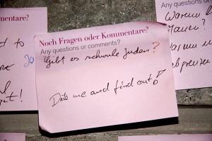 Post-it mit der handschriftlichen Frage »Gibt es schwule Juden?« und der Antwort: »Date me and find out!«