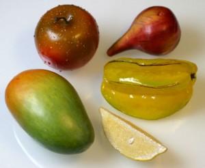 Ein Apfel, eine Mango, eine Sternfrucht, eine Feige und ein Stück Zitrone