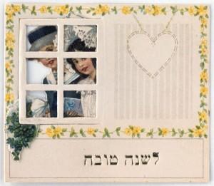 Tischkarte mit hebräischer Beschriftung und einem jungen Paar, das durch ein Fenster schaut