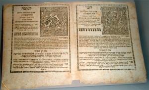 In hebräischer Schrift beschriebene Buchseiten mit Amulett-Bildern