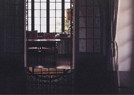 Foto von Postkarte, es sind mehrere Spiegelungen in einem Innenraum zu sehen