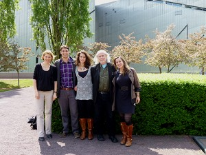Fünf Menschen vor einer Hecke, im Hintergrund das Museumsgebäude nach dem Entwurf von Daniel Libeskind