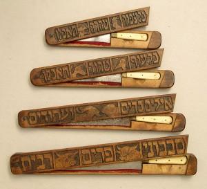 Vier Schächtmesser, jeweils mit Abbildungen der Tiere verziert, die damit geschächtet werden