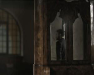 Videostill einer weiteren Spiegelung, eine Person spieglet sich