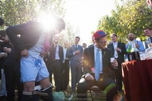 Männer feiern im Garten