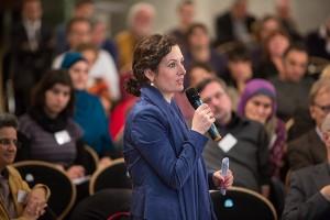 Eine Frau mit Mikrofon im Publikum