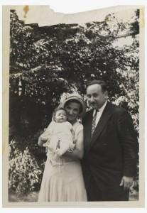 Schwarz-Weiß-Foto, Paar mit  Baby auf dem Arm