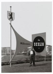 Fred Stein, hinter ihm Schilder mit der Aufschrift »Willkommen in Berlin«