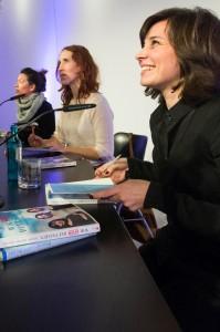 die drei Autorinnen beim Unterzeichnen ihrer Bücher