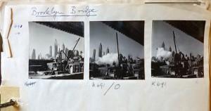 Mit »Brooklyn Bridge« überschriebenes Papier auf dem drei Kontaktabzügen einer New Yorker Stadtansicht