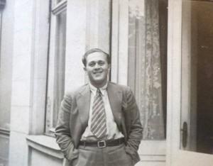 Fred Stein vor einer Hauswand mit Fenstern, die Hände in den Hosentaschen