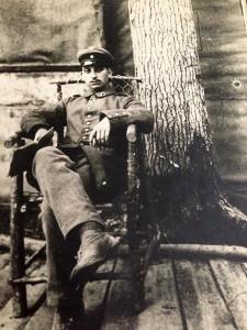 Ein Mann in Uniform sitzt auf einem Lehnstuhl