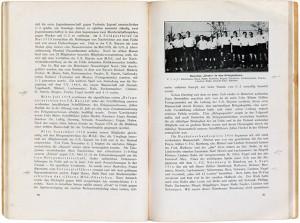 Aufgeschlagenes Buch mit Text und Foto einer Fußballmannschaft