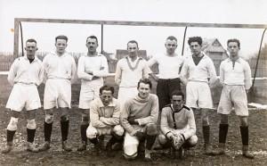 Schwarz-weiß Foto einer Fußballmannschaft