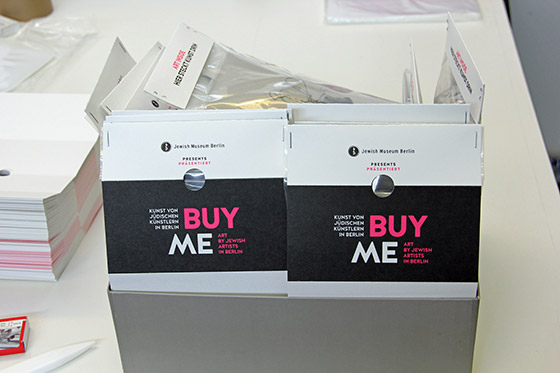 Eine Kiste mit Verpackungen, auf denen »Buy me« steht