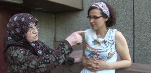 Eine ältere Frau mit Kopftuch spricht mit einer jungen Frau
