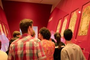 Beim Betrachten der Ketubbot in der Ausstellung »Die Erschaffung der Welt« © Deutschlandradio, Foto: Anna-Lisa Deichert