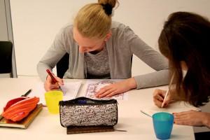 Teilnehmerinnen des Workshops beim Verfassen eines Gedichts © Deutschlandradio, Foto: Anna-Lisa Deichert