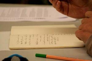 Heft mit handschriftlichen Aufzeichnungen und Händen