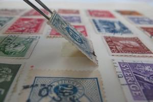 Eine Briefmarke nach dem Wiederverkleben des Falzes