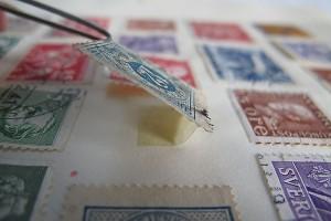 Eine Briefmarke mit einem angelösten Falz